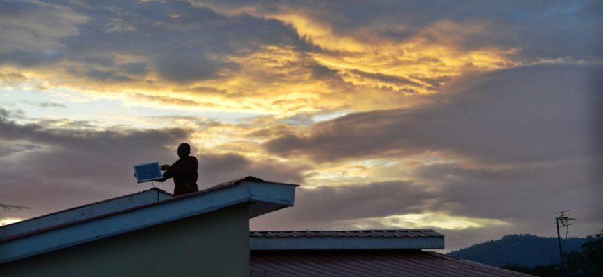 Los paneles solares fuera de red están acabando con las noches oscuras de África
